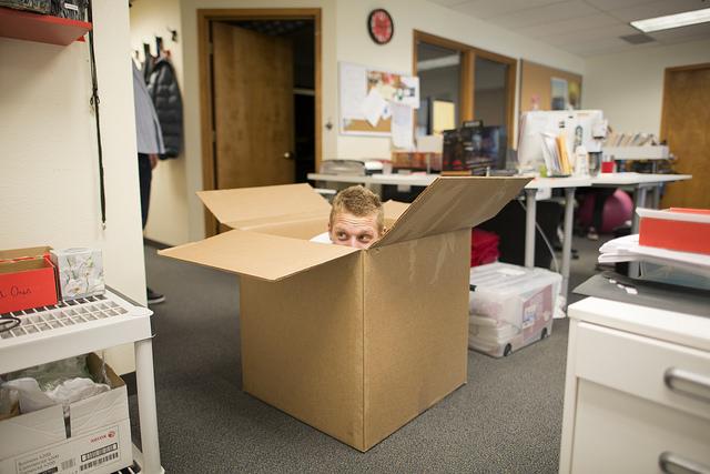 一个男人在一个盒子里