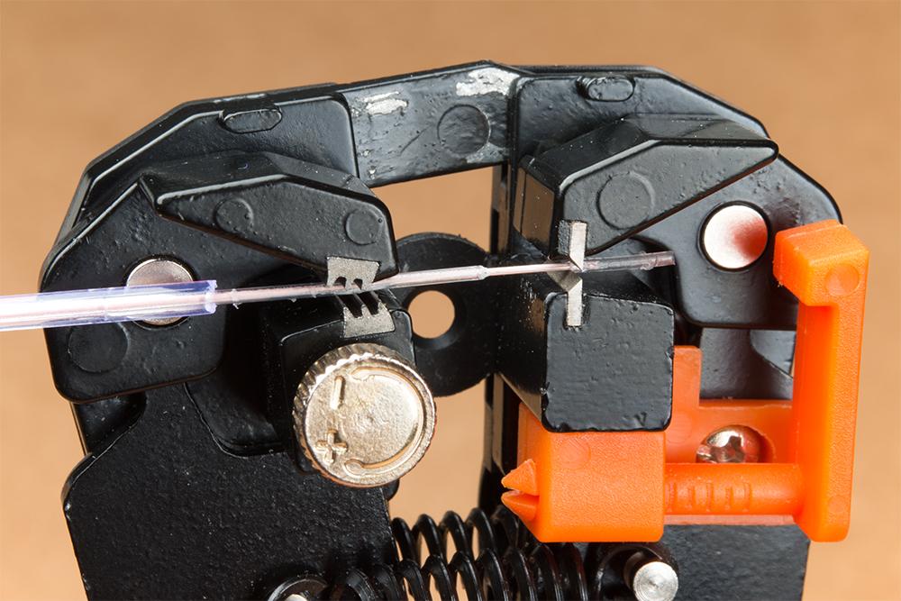 https://cdn.sparkfun.com/assets/learn_tutorials/7/9/9/Self-Adjusting-Wire-Stripper-EL-Electroluminescent_-Inner-Sheath-Removed.jpg